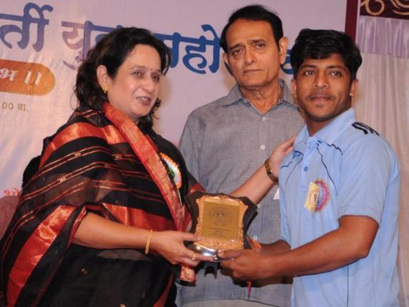 Abhijit Patane recieving prize for light vocal singing