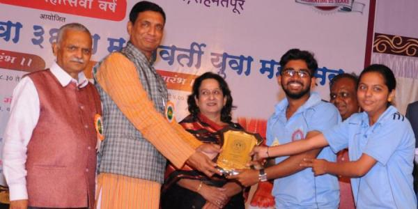 Adesh Dalavi and Vrushali Kelkar recieving prize for Debeting